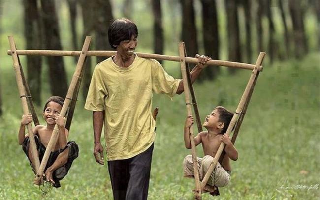 Ngoài Quốc Tuấn, ngoài kia cũng còn nhiều người cha vĩ đại theo một cách khác, như cha nghèo chở con đi học này - Ảnh 3.