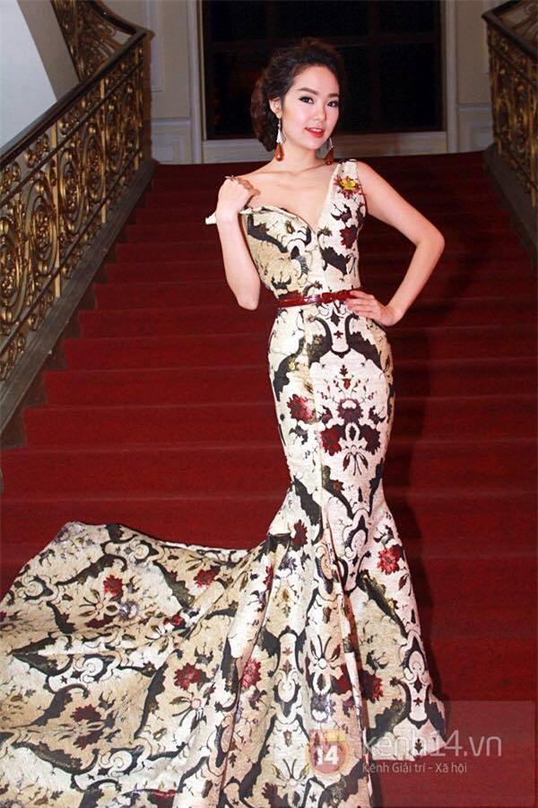 Những chiếc váy dị biệt làm nên tên tuổi mỹ nhân Việt-1