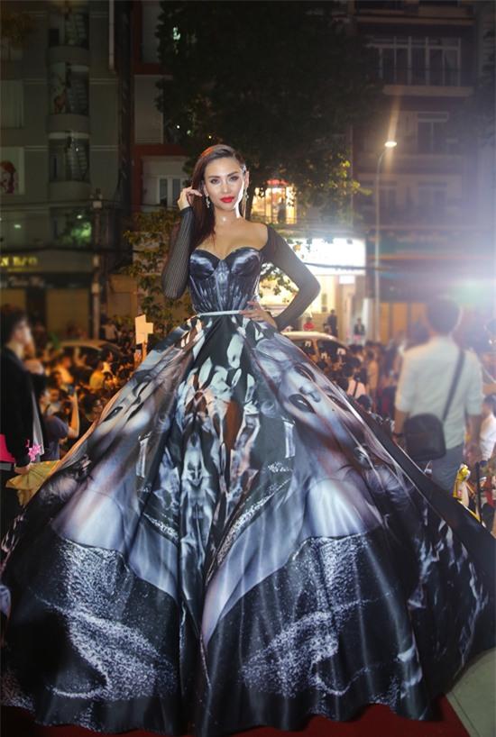 Những chiếc váy dị biệt làm nên tên tuổi mỹ nhân Việt-5