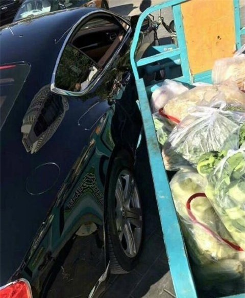 Chiếc xe 3 bánh chở rau va quệt với chiếc Bentley đắt tiền