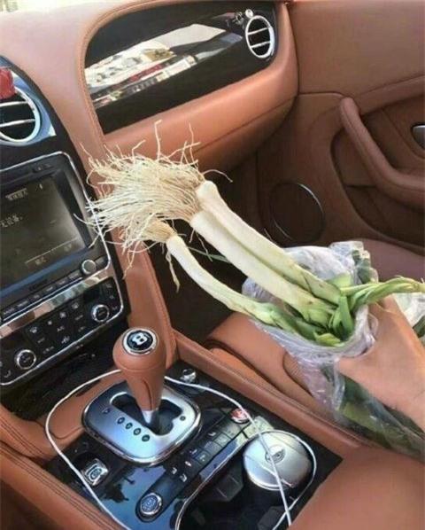 Túi hành lá được người bán rau ném vào chiếc xe Bentley như một lời cám ơn