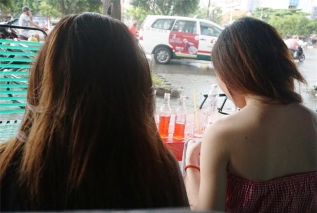 Hai cô gái bị đưa vào trung tâm bảo trợ xã hội khi ngồi trong quán cà phê.