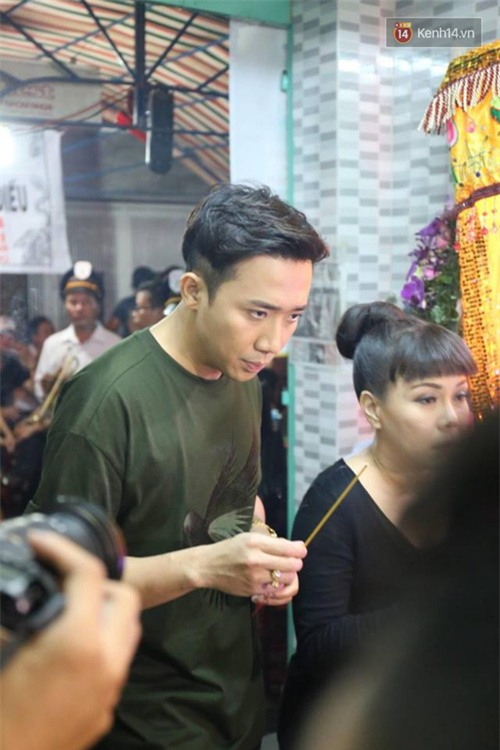 Trấn Thành, Việt Hương lặng người bên linh cữu của cố nghệ sĩ Khánh Nam - Ảnh 7.