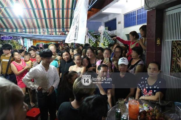 Đám đông hiếu kì, liên tục cười giỡn xin chụp ảnh nghệ sĩ trong đám tang của danh hài Khánh Nam - Ảnh 3.