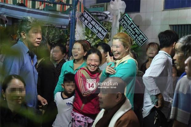 Đám đông hiếu kì, liên tục cười giỡn xin chụp ảnh nghệ sĩ trong đám tang của danh hài Khánh Nam - Ảnh 4.