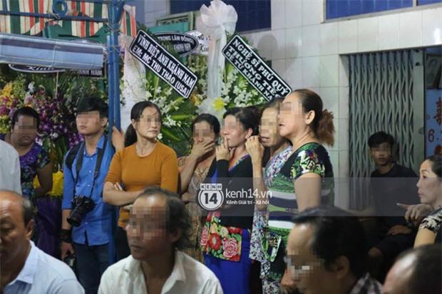 Đám đông hiếu kì, liên tục cười giỡn xin chụp ảnh nghệ sĩ trong đám tang của danh hài Khánh Nam - Ảnh 6.