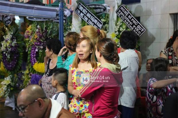 Đám đông hiếu kì, liên tục cười giỡn xin chụp ảnh nghệ sĩ trong đám tang của danh hài Khánh Nam - Ảnh 7.