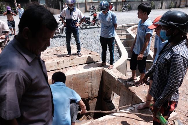 Mẹ nấc nghẹn cầm chiếc lồng đèn vừa mua cho con trai bị rớt cống mất tích ở Đồng Nai - Ảnh 1.