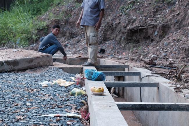 Mẹ nấc nghẹn cầm chiếc lồng đèn vừa mua cho con trai bị rớt cống mất tích ở Đồng Nai - Ảnh 11.