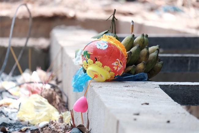 Mẹ nấc nghẹn cầm chiếc lồng đèn vừa mua cho con trai bị rớt cống mất tích ở Đồng Nai - Ảnh 16.