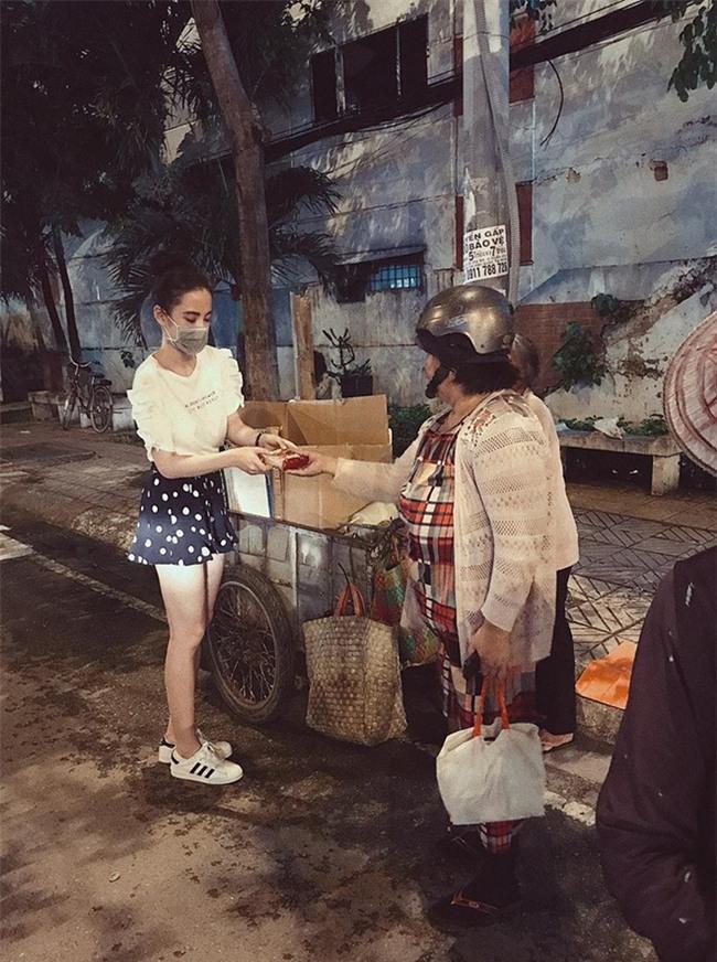 Chán trong nước, sao Việt sang hẳn trời Tây để đọ dáng street style - Ảnh 18.