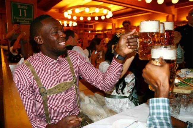 """Tay chơi U.Bolt """"đắm mình"""" trong hội bia bên bạn gái quyến rũ - 1"""