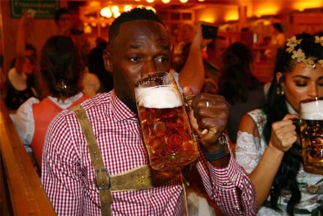 """Tay chơi U.Bolt """"đắm mình"""" trong hội bia bên bạn gái quyến rũ - 2"""