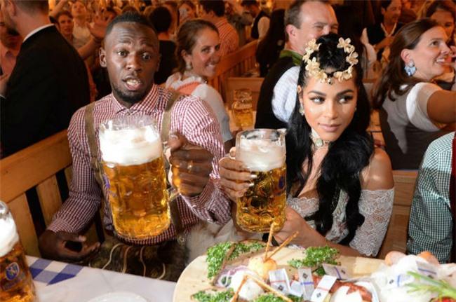 """Tay chơi U.Bolt """"đắm mình"""" trong hội bia bên bạn gái quyến rũ - 3"""
