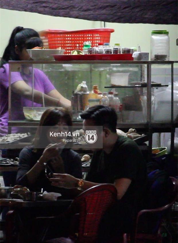 Mặc kệ dân mạng nghi ngờ là MC trong chuyện tình của Đào Bá Lộc, Trấn Thành vẫn hạnh phúc đi ăn đêm cùng Hari Won - Ảnh 10.