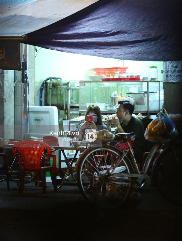 Mặc kệ dân mạng nghi ngờ là MC trong chuyện tình của Đào Bá Lộc, Trấn Thành vẫn hạnh phúc đi ăn đêm cùng Hari Won - Ảnh 8.