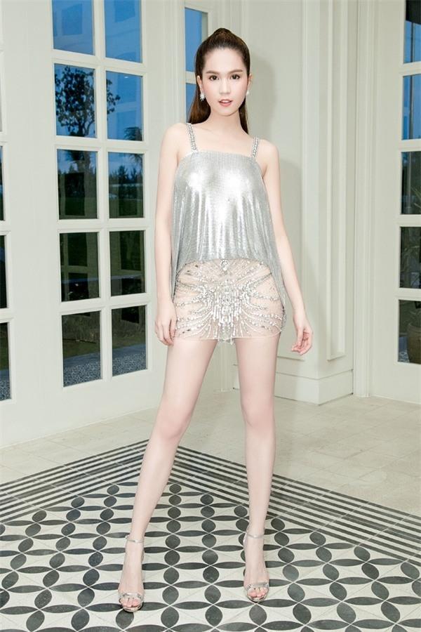 Minh Hằng diện đồ như mẫu game, Ngọc Trinh mặc váy có như không lọt top sao thảm họa-1