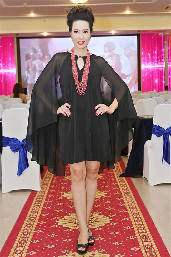 Minh Hằng diện đồ như mẫu game, Ngọc Trinh mặc váy có như không lọt top sao thảm họa-8