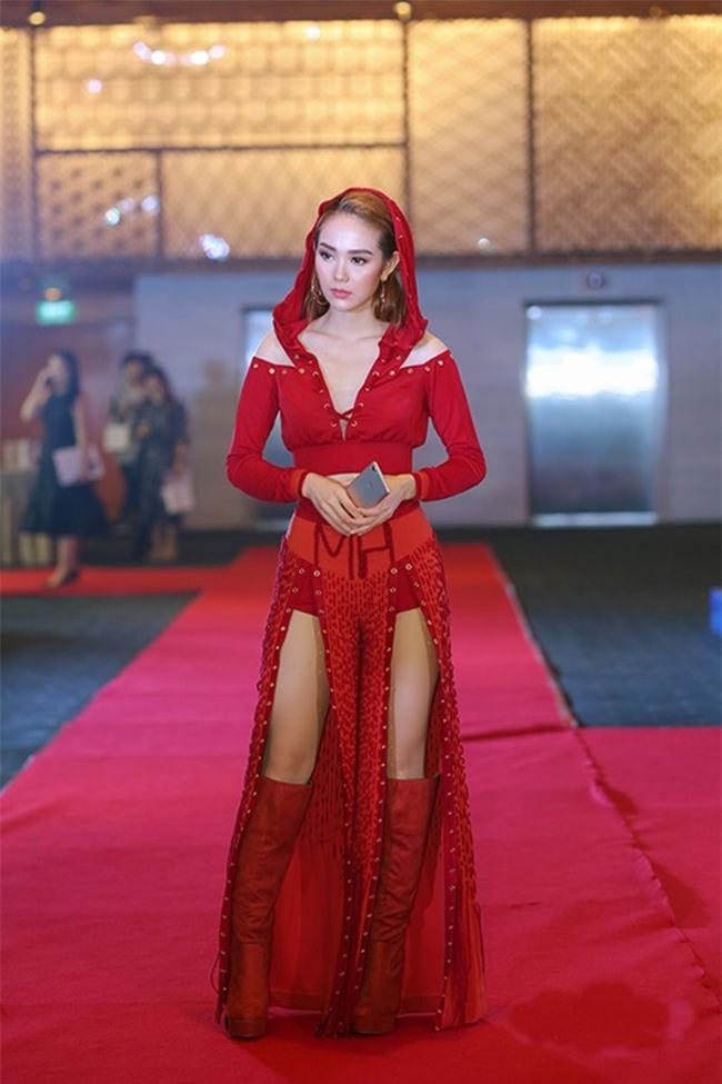 Minh Hằng diện đồ như mẫu game, Ngọc Trinh mặc váy có như không lọt top sao thảm họa-9