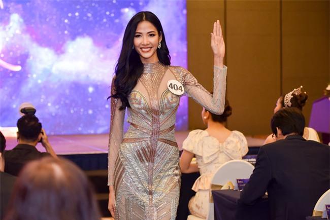Top 70 Hoa hau Hoan vu Viet Nam catwalk ngay trong hop bao ra mat hinh anh 1