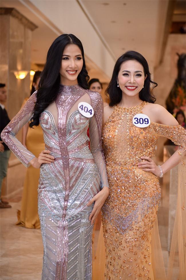 Top 70 Hoa hau Hoan vu Viet Nam catwalk ngay trong hop bao ra mat hinh anh 9