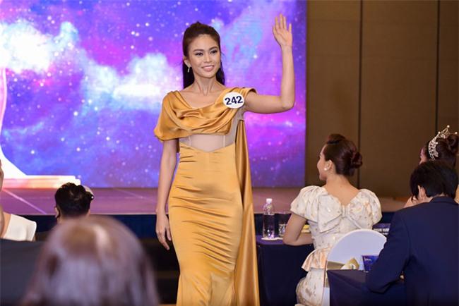 Top 70 Hoa hau Hoan vu Viet Nam catwalk ngay trong hop bao ra mat hinh anh 3