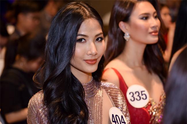 Top 70 Hoa hau Hoan vu Viet Nam catwalk ngay trong hop bao ra mat hinh anh 5