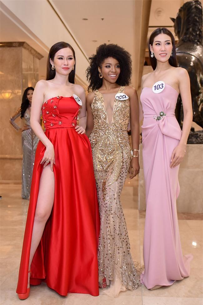 Top 70 Hoa hau Hoan vu Viet Nam catwalk ngay trong hop bao ra mat hinh anh 8