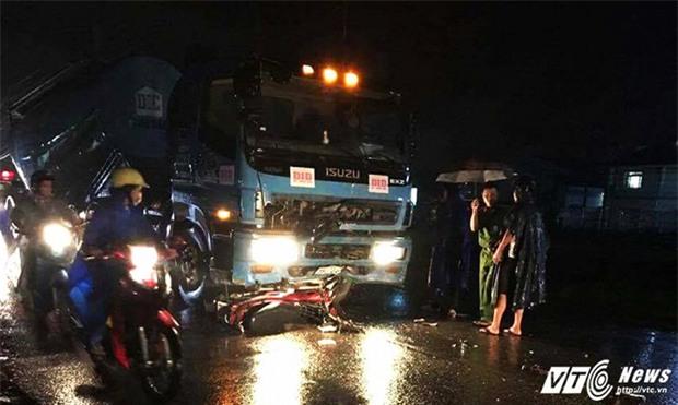 Chạy xe máy trong mưa lớn, nam thanh niên bị xe tải tông chết - Ảnh 1.
