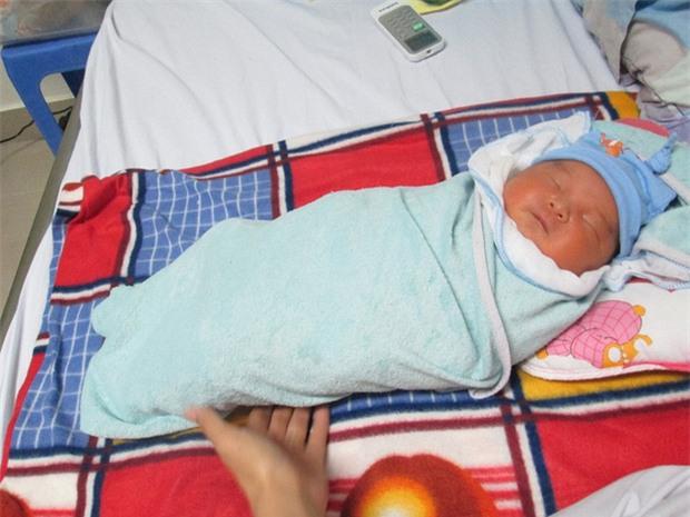 Bé trai 5 ngày tuổi bị bỏ rơi ở Viện Huyết học - Truyền máu TƯ: Có thể mẹ bé vẫn ở đâu đây! - Ảnh 1.