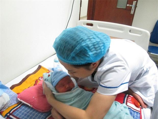 Bé trai 5 ngày tuổi bị bỏ rơi ở Viện Huyết học - Truyền máu TƯ: Có thể mẹ bé vẫn ở đâu đây! - Ảnh 3.