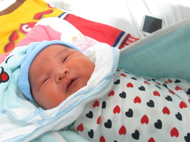 Bé trai 5 ngày tuổi bị bỏ rơi ở Viện Huyết học - Truyền máu TƯ: Có thể mẹ bé vẫn ở đâu đây! - Ảnh 4.
