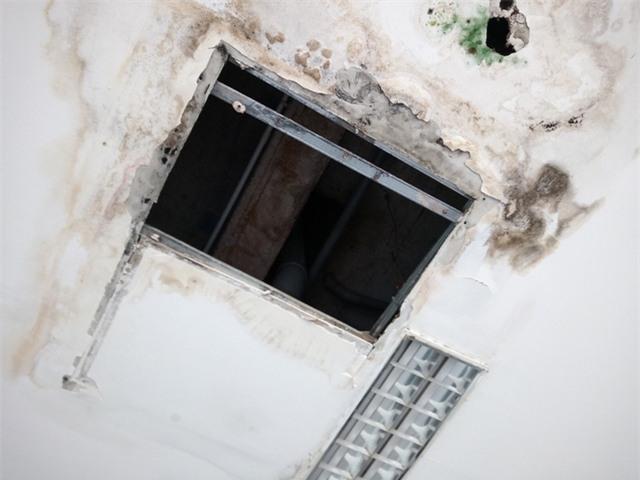 Trần nhà tại nhiều khu vực của chung cư bị rớt, xuống cấp nghiêm trọng
