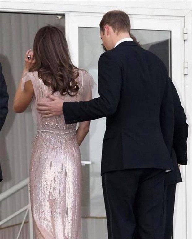 Hoàng tử William chẳng bao giờ nắm tay Công nương Kate ở nơi công cộng, nhưng lại luôn có hành động ngọt ngào này - Ảnh 10.