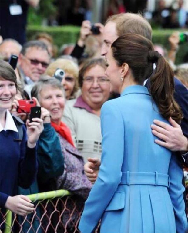Hoàng tử William chẳng bao giờ nắm tay Công nương Kate ở nơi công cộng, nhưng lại luôn có hành động ngọt ngào này - Ảnh 11.