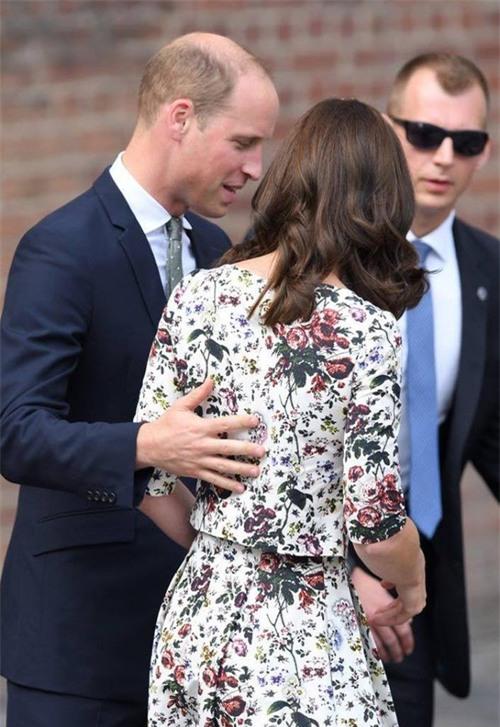 Hoàng tử William chẳng bao giờ nắm tay Công nương Kate ở nơi công cộng, nhưng lại luôn có hành động ngọt ngào này - Ảnh 13.