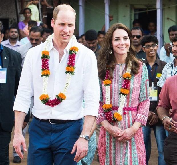 Hoàng tử William chẳng bao giờ nắm tay Công nương Kate ở nơi công cộng, nhưng lại luôn có hành động ngọt ngào này - Ảnh 2.