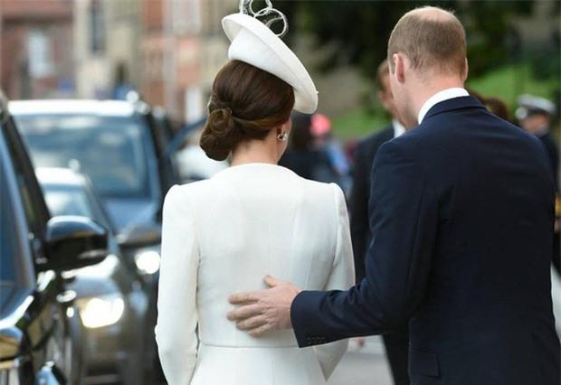 Hoàng tử William chẳng bao giờ nắm tay Công nương Kate ở nơi công cộng, nhưng lại luôn có hành động ngọt ngào này - Ảnh 4.
