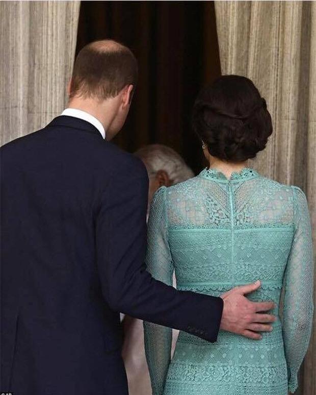 Hoàng tử William chẳng bao giờ nắm tay Công nương Kate ở nơi công cộng, nhưng lại luôn có hành động ngọt ngào này - Ảnh 6.