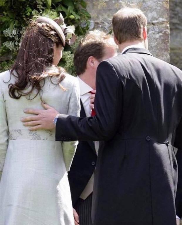 Hoàng tử William chẳng bao giờ nắm tay Công nương Kate ở nơi công cộng, nhưng lại luôn có hành động ngọt ngào này - Ảnh 8.