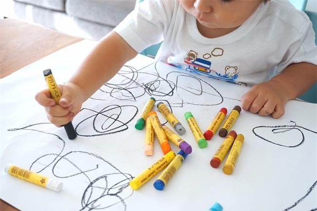 Thay vì cấm cản, hãy khuyến khích con vẽ bậy vì những lợi ích to lớn sau - Ảnh 1.
