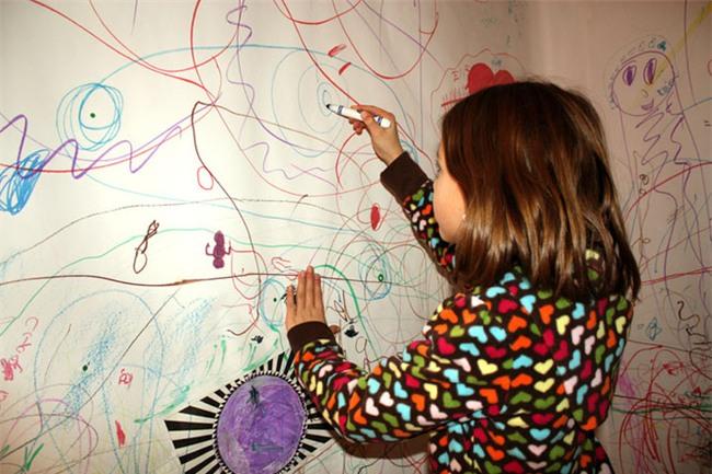 Thay vì cấm cản, hãy khuyến khích con vẽ bậy vì những lợi ích to lớn sau - Ảnh 2.