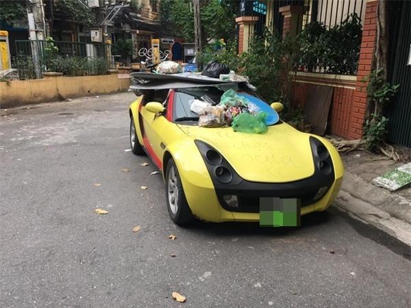 Đỗ xe thiếu ý thức, tài xế Smart Roadster nhận ngay món quà đắt giá - Ảnh 1.