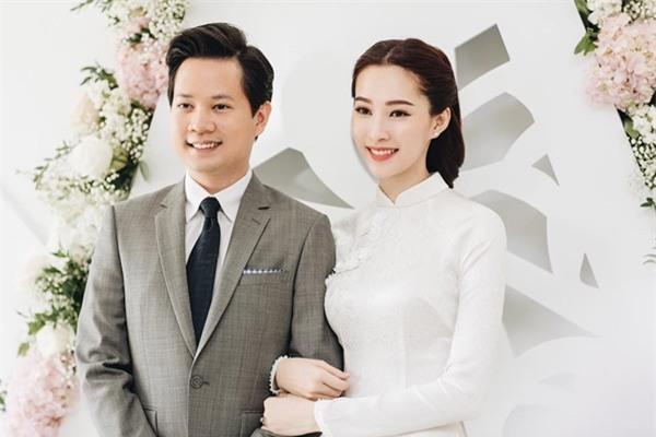 Hoa hậu Đặng Thu Thảo đẹp rạng rỡ bên chồng trong lễ ăn hỏi tại nhà riêng-1
