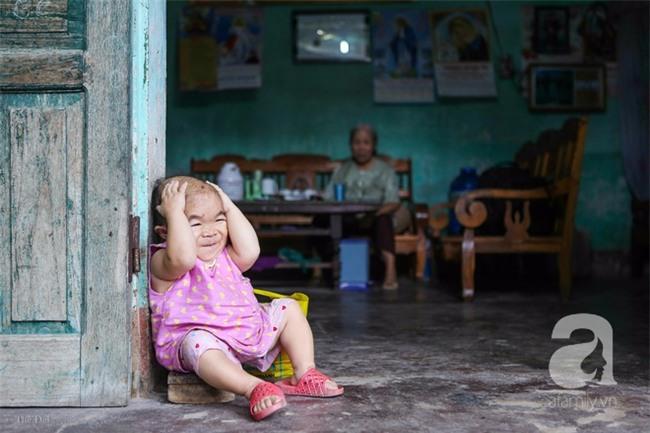 Cuộc đời cô gái gần 30 vẫn mang hình hài của đứa trẻ 2 tuổi: Lủi thủi trong nhà cả đời, không có bạn cùng - Ảnh 3.