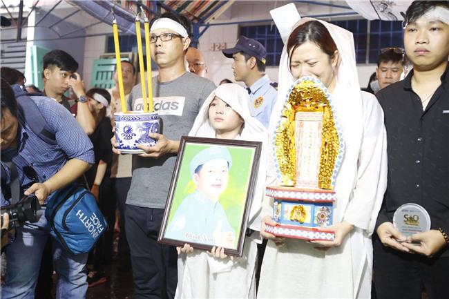 Con gai ruot Khanh Nam khoc ngat trong tang le cua cha