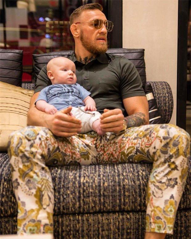 Mới 5 tháng tuổi, con trai McGregor đã được huấn luyện để trở thành boxer - Ảnh 1.