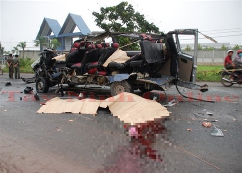 Vụ tai nạn ở Tây Ninh: Chiếc xe khách bị biến dạng hoàn toàn.