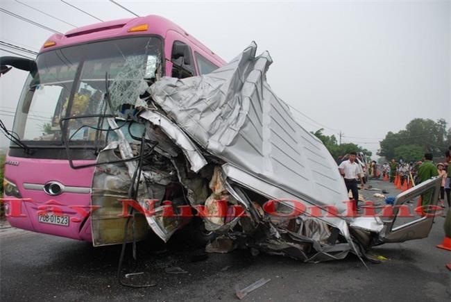 2 chiếc xe khách trong vụ tai nạn ở Tây Ninh biến dạng.