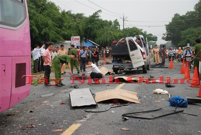 Công an đang khám nghiệm hiện trường vụ tai nạn xe khách ở Tây Ninh.